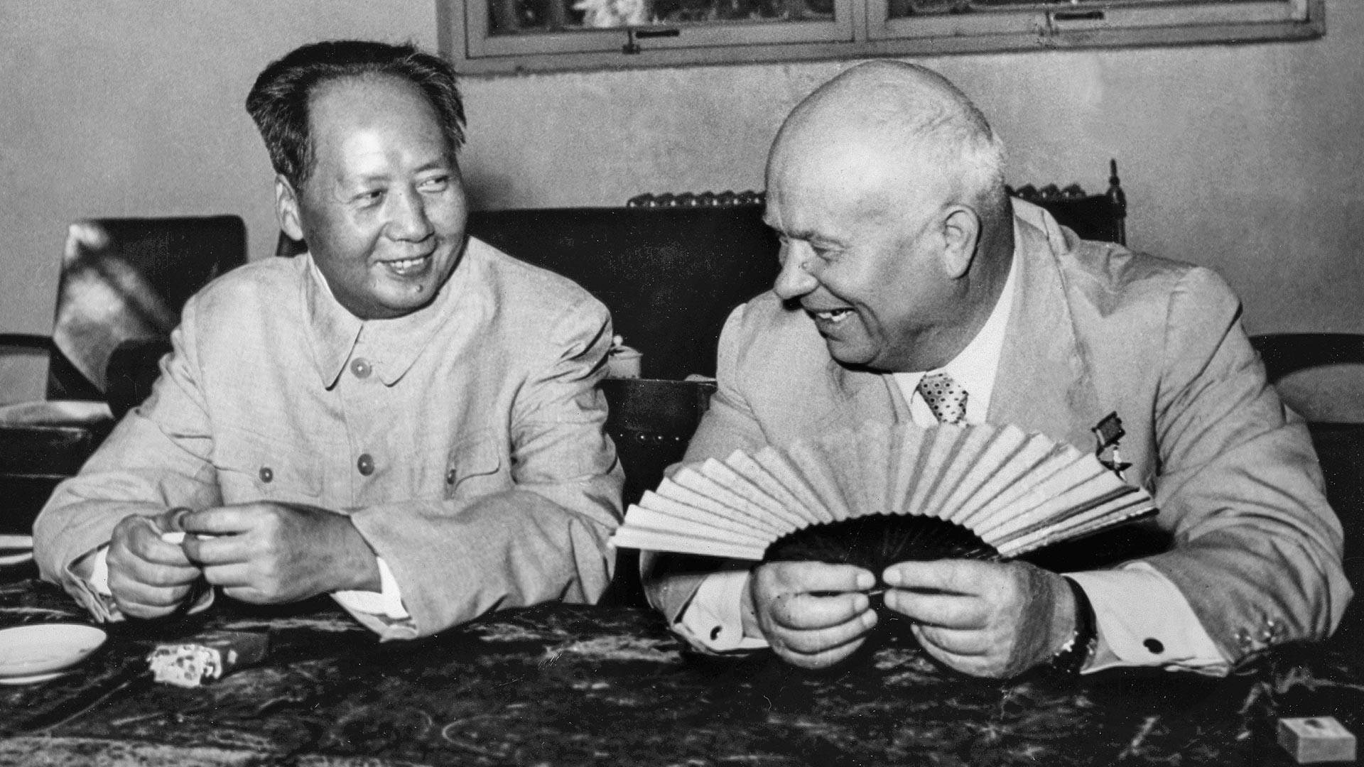 Никита Хрушчов шири и скупља кинеску лепезу док разговара са Мао Цедунгом за време посете Кини у августу 1958.