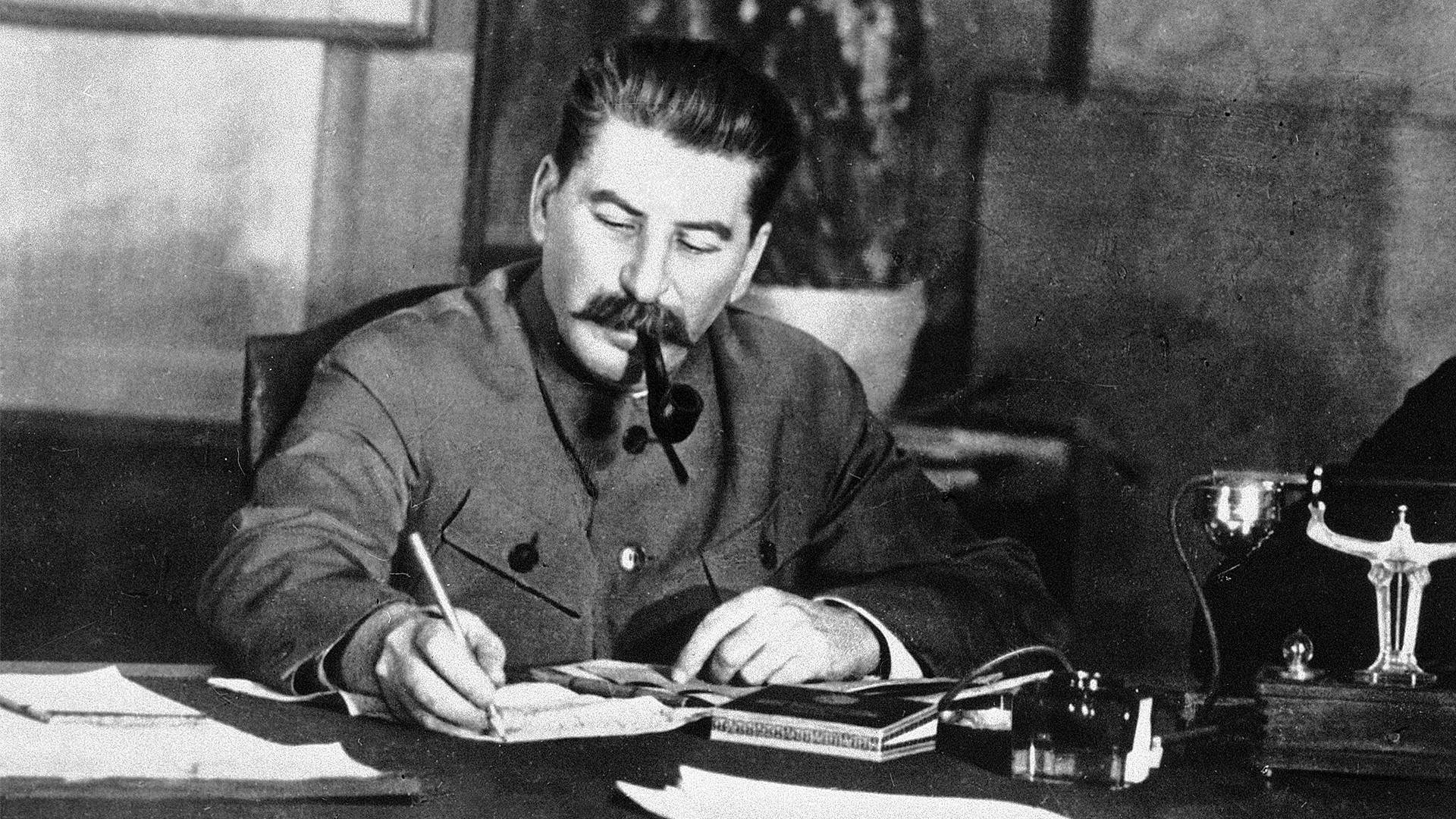 Сталин в рабочем кабинете, 1938