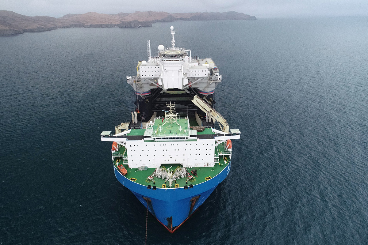 An aerial view of Hong Kong's Xin Guang Hua heavy load carrier carrying the Odyssey mobile maritime spacecraft launch platform of the Sea Launch that arrived from the United States at the Slavyanka port.