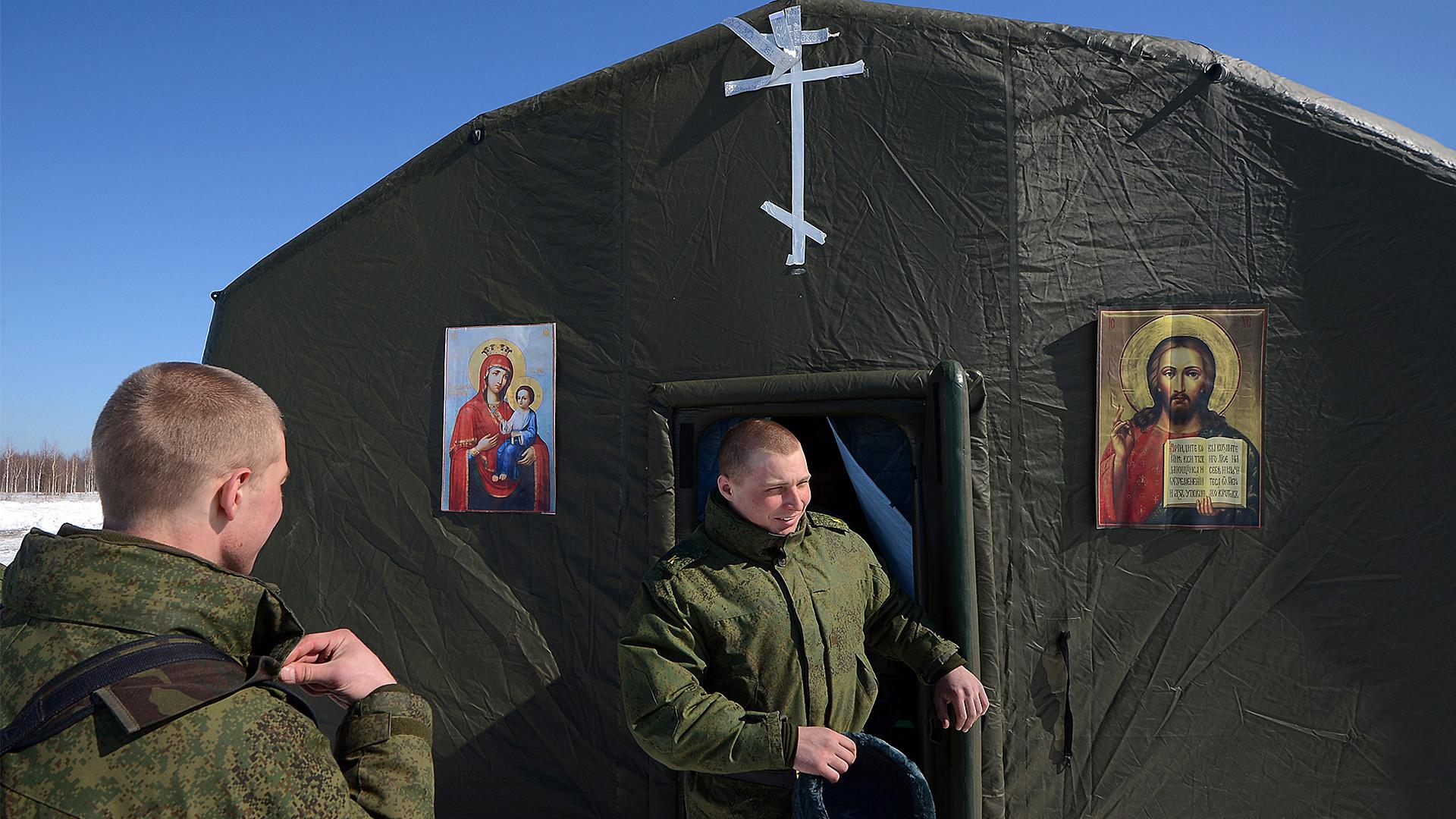 Военнослужащие выходят из мобильного храма, развернутого на месте десантирования