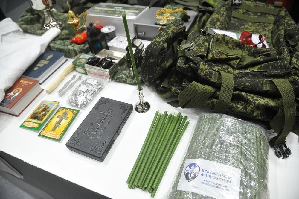 Церковная утварь и полевая форма священника на выставке вооружения на VI международном военно-техническом форуме «Армия-2020» в конгрессно-выставочном центре «Патриот»