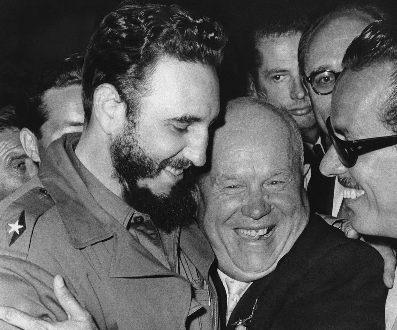 In una foto del 20 settembre 1960, il leader cubano Fidel Castro, a sinistra, incontra il leader sovietico Nikita Khrushchev alle Nazioni Unite