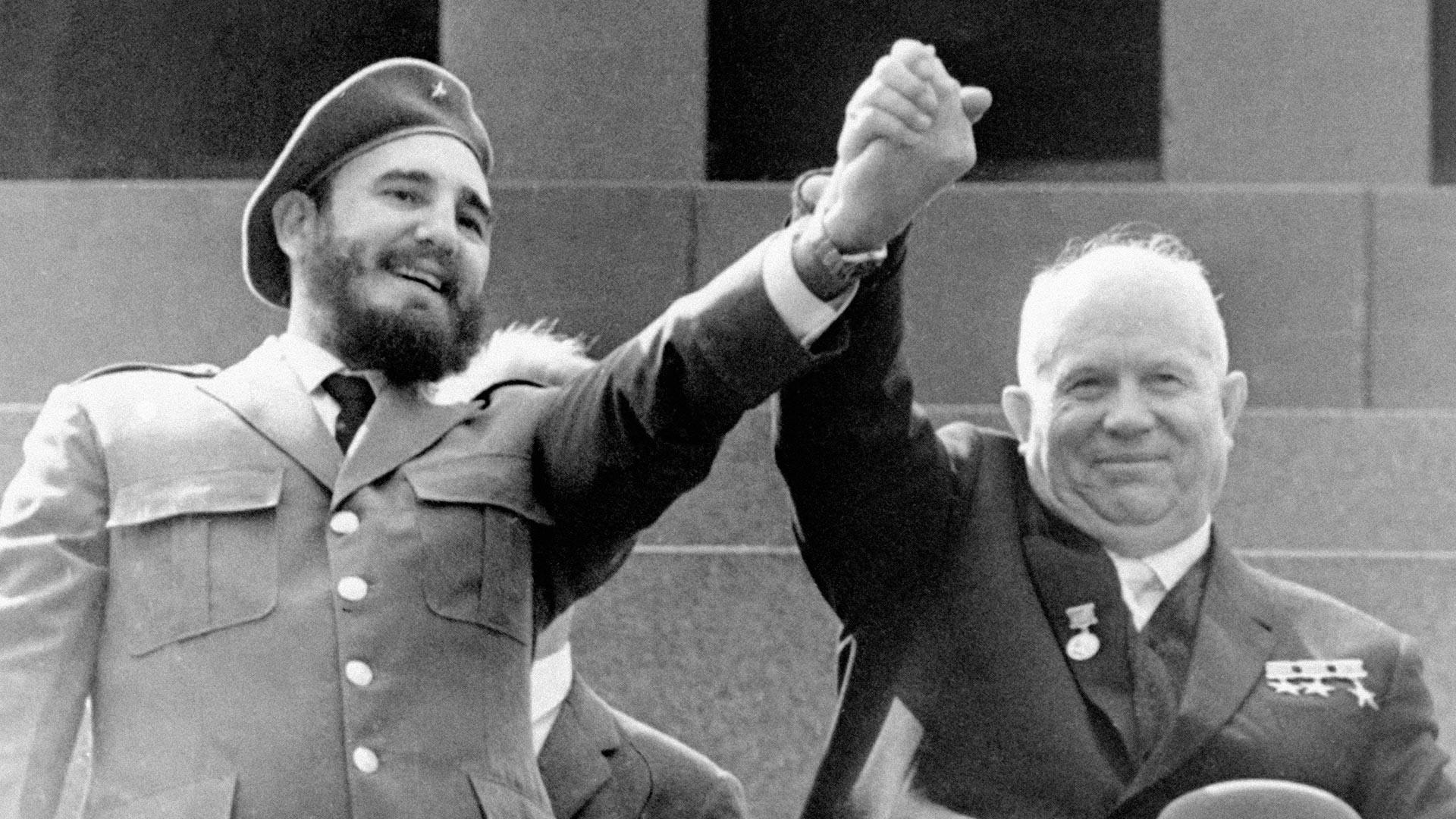 In questa foto del 1° maggio 1963, il leader cubano Fidel Castro, a sinistra, e il premier sovietico Nikita Khrushchev si stringono la mano al mausoleo di Lenin in Piazza Rossa a Mosca
