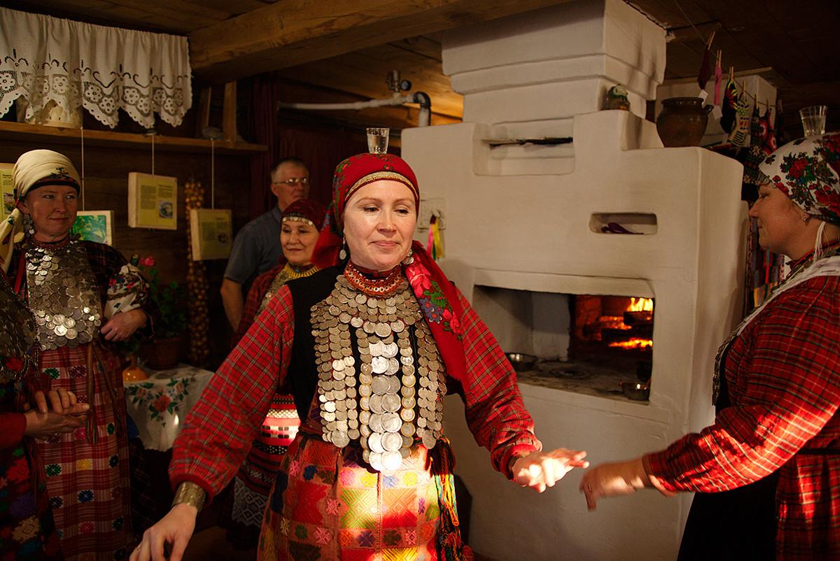 Des Oudmourtes en costumes traditionnels
