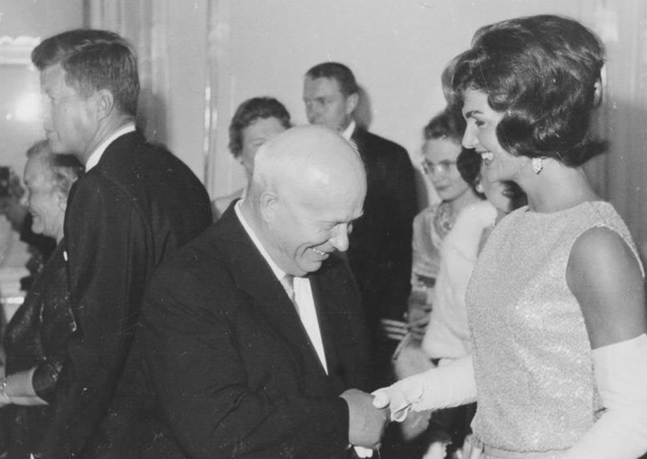 Et il a eu la chance de rencontrer Jacqueline Kennedy. N'était-il pas un peu intimidé ? Ou hésitait-il entre lui baiser la main ou la lui serrer en vrai communiste.