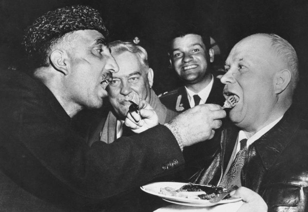 Une autre photo légendaire réalisée en Inde le montre en train de s'alimenter mutuellement avec le premier ministre du Cachemire selon les traditions locales de l'hospitalité.