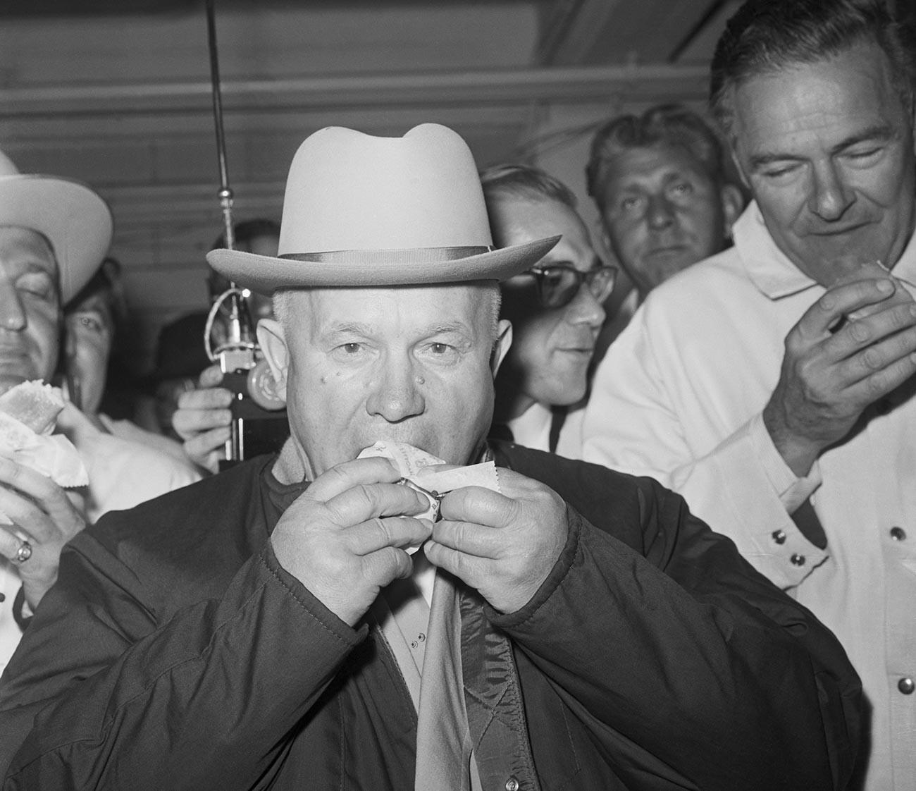 Nikita Khrouchtchev goûte son premier hot-dog à la moutarde américain. Quand on lui a demandé s'il avait aimé, le dirigeant soviétique a répondu «Ok, excellent», avant d'ajouter que ce n'était pas assez.