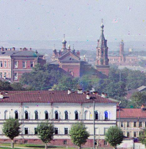 Perm. Détail de la vue est de la ville depuis les collines. Au centre : clocher de l'église de Saint-Nicolas, attenanteau lycée pour filles Mariinsky. À l'arrière-plan, à droite : caserne centrale de pompiers et mirador.