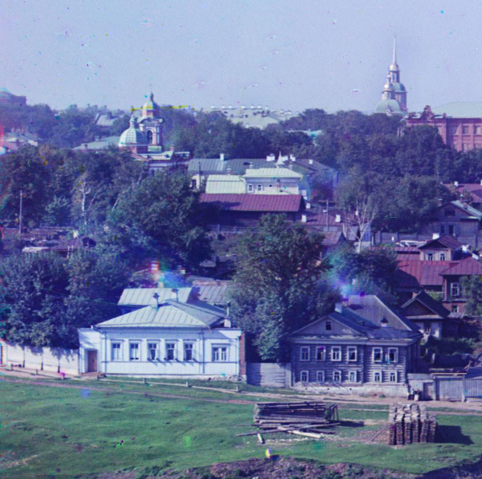 Perm. Détails de la vue ouest de la ville depuis les collines. Rue Pokrovskaïa (maintenant appelée rue Lénine). À gauche : église de Marie-Madeleine. À droite : église de la Nativité de la Vierge.