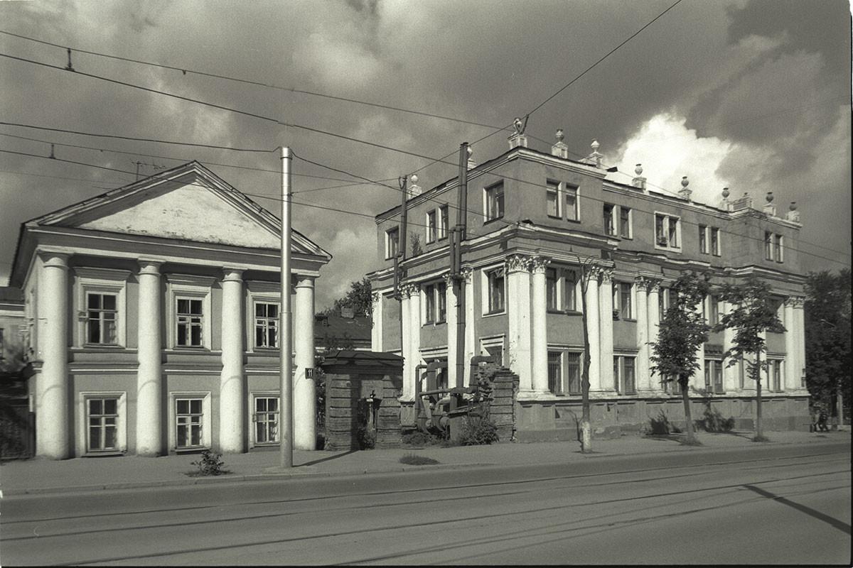 Ancienne église de Marie-Madeleine. Dôme et clocher détruits et ajout d'un troisième étage dans les années 30. C'est maintenant l'Institut d'écologie et de génétique des microorganismes qui l'utilise (11, rue Lénine).