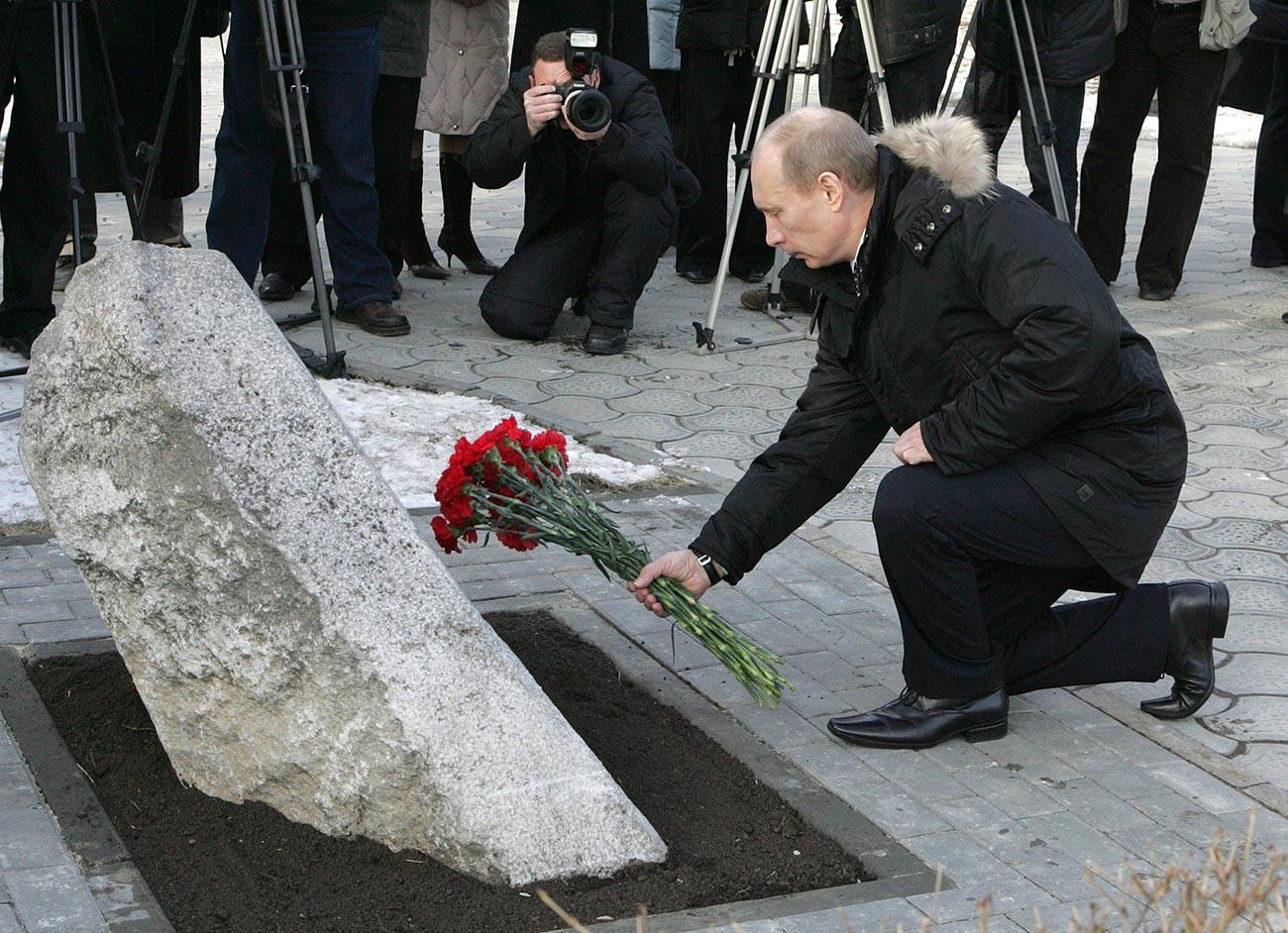 Претседателот на Русија Владимир Путин положува цвеќе пред спомен-каменот на жртвите на настаните од 1962 година во престолнината на козаштвото. Новочеркаск, 1 февруари.