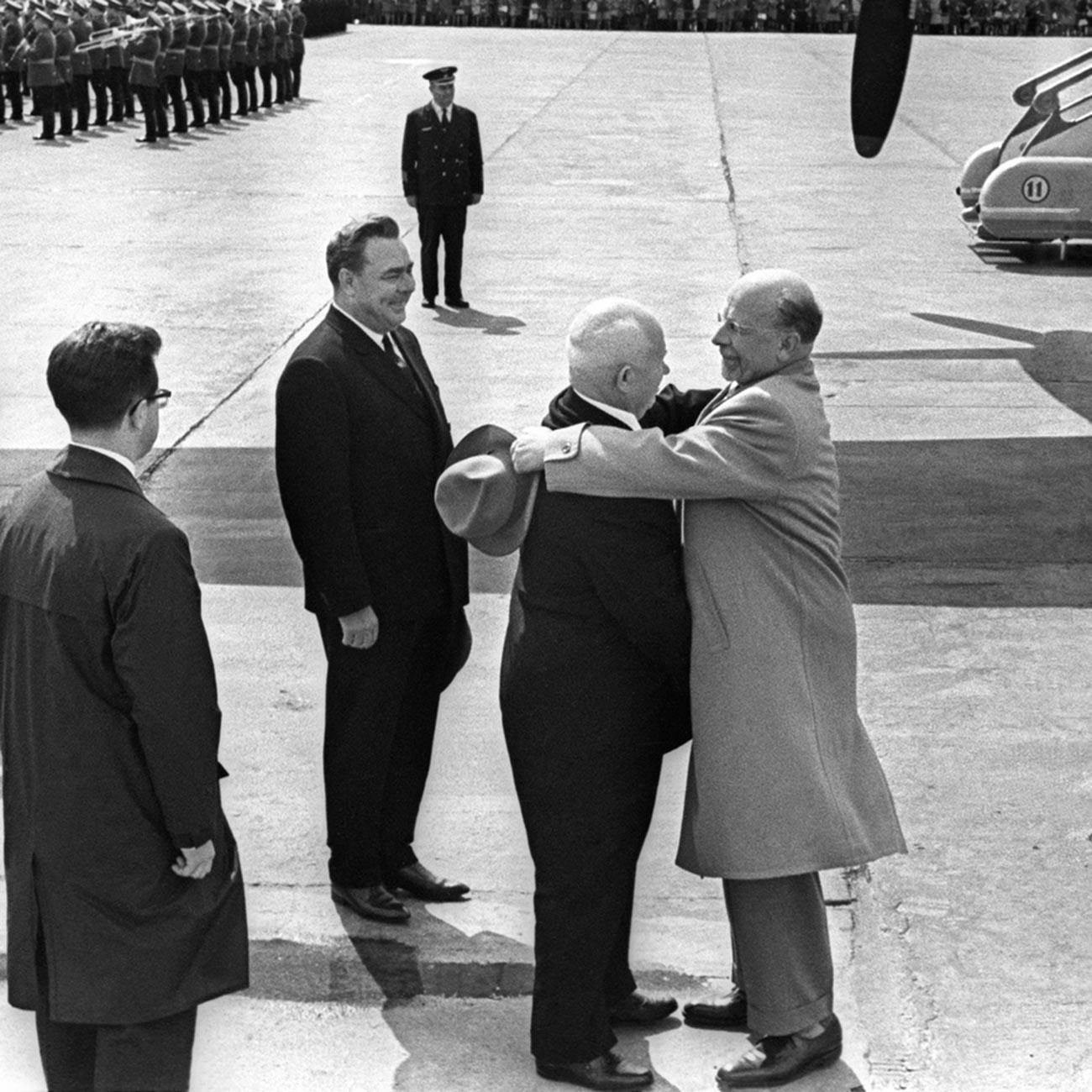 Nikita Hruščov skupaj z Leonidom Brežnjevom pričakuje voditelja Nemške demokratične republike Walterja Ulbrichta.