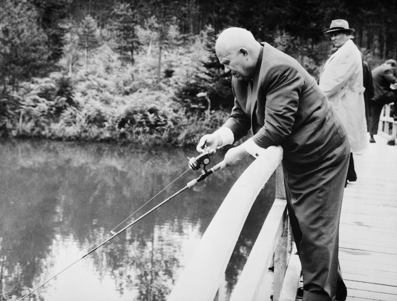 Globoka koncentracija. Nikita Hruščov na ribarjenju med 15-dnevnim obiskom Jugoslavije. Pred tem je na novinarski konferenci izjavil, da sta ZSSR in Jugoslavija razrešili vsa nesoglasja in se združili v boju proti kapitalizmu.