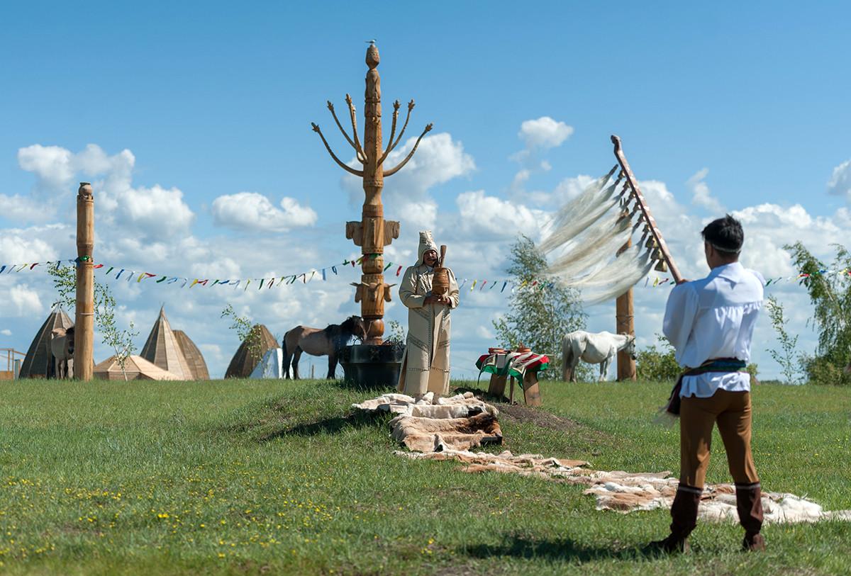 Обряд Алгыс в Якутии, где все еще поклоняются одной из ветвей тенгрианства.
