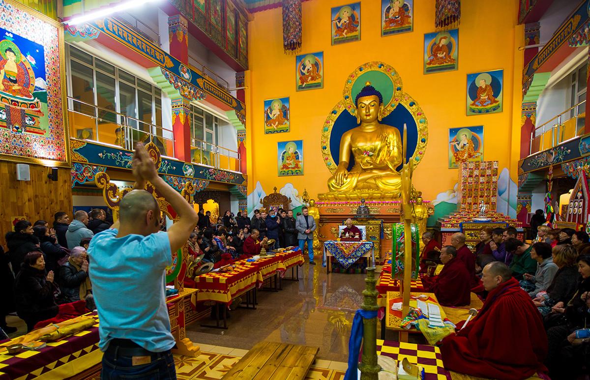 Агни Йога мимикрирует под общественно-гуманитарные учения и практики и отрицает связь с религиозностью.