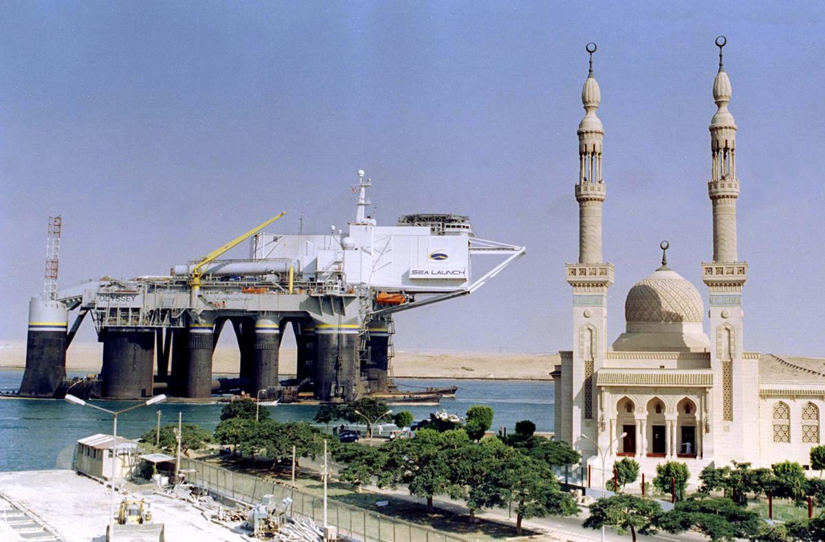 """Die Startplattform """"Odyssee"""" bei der Ausfahrt aus dem Suezkanal Richtung Rotes Meer im Jahr 1998. Im Hintergrund eine Moschee."""