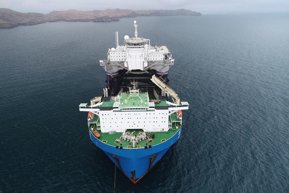Eine Luftaufnahme des Schwerlastträgers Xin Guang Hua in Hongkong mit der mobilen Startplattform Odyssee beim Eintreffen im Hafen von Slawjanka.