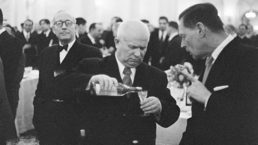 Nikita Khruschov bebendo com Charles E Bohlen, embaixador norte-americano na URSS, em uma recepção oficial em 1955