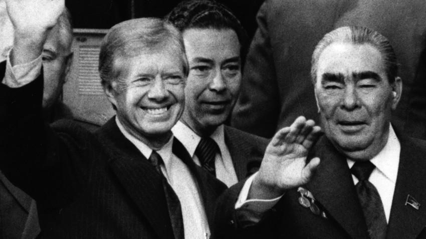 Юни 1979 г. Джими Картър, 39-ият президент на САЩ, и съветският лидер Леонид Брежнев (вдясно) махат след подписването на договора за ограничаване на стратегическите оръжия II (SALT II) във Виена