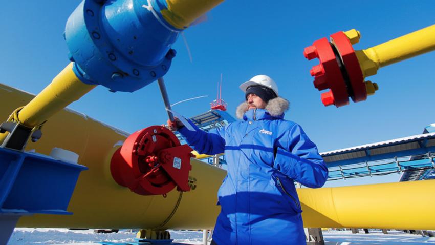 """Работник проверува вентил за гас на компресорската станица """"Атаман"""" на гасоводот """"Силата на Сибир"""" во близина на градот Свободни во Амурската област на рускиот Далечен Исток. Русија, ноември, 2019 година."""