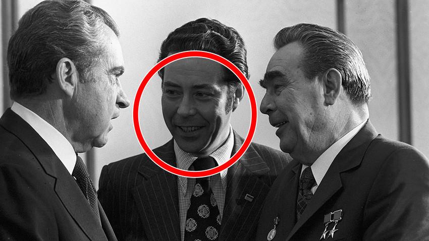 Richard Nixon's visit in the USSR. Sukhodrev is in the middle, between U.S. President Richard Nixon and Soviet leader Leonid Brezhnev.