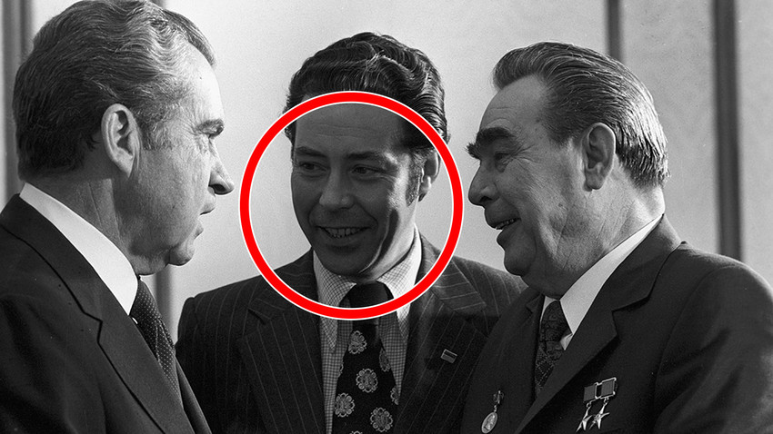 """""""O homem do meio"""": Sukhodrév traduz, em junho de 1979, o presidente norte-americano Richard Nixon (esq.) e o líder soviético Leonid Brezhnev (dir.)."""