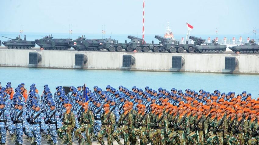 Prajurit Tentara Nasional Indonesia (TNI) di Dermaga Indah Kiat Cilegon, Banten.