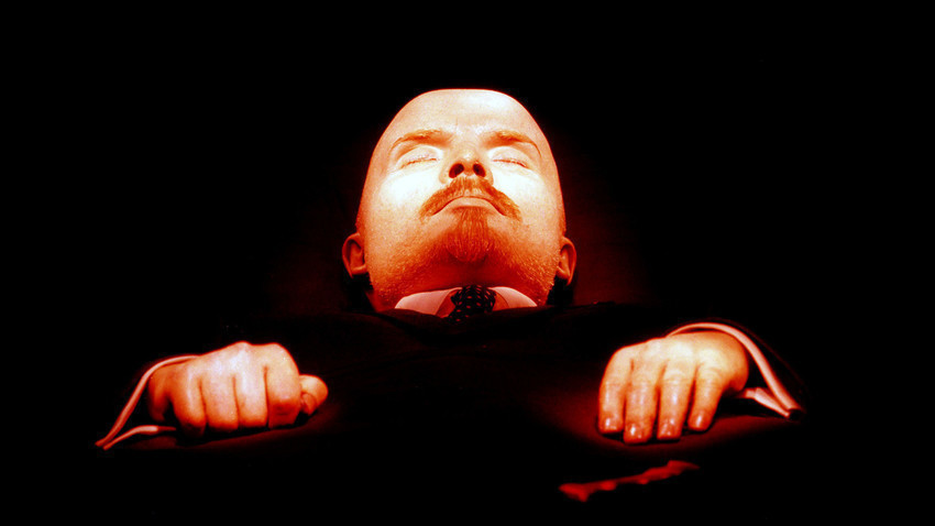 Jasad Lenin yang diawetkan dan disemayamkan di mausoleum, Lapangan Merah, Moskow.