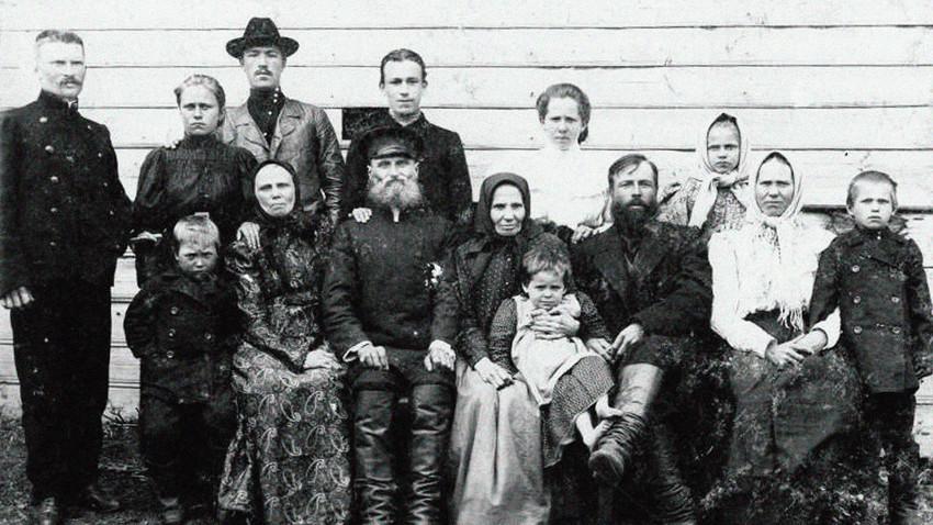 ロシア農民の家族、20世記初頭。農民の家族は多くの子供を抱えるのが一般的だった。