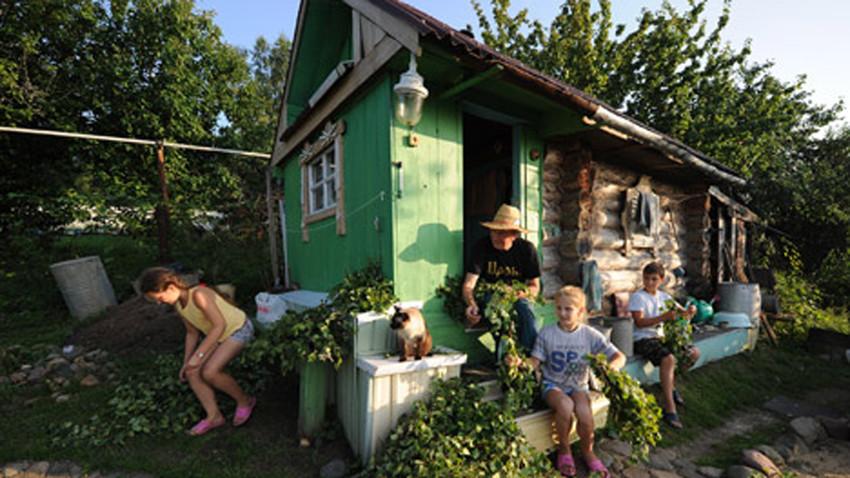 Un espacio para cultivar o para relajarse y estar con los amigos, las dachas han tenido siempre un hueco en la sociedad rusa.