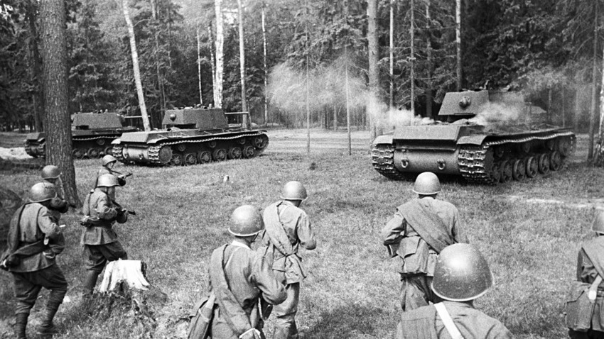 Совјетски тешки тенкови КВ-1 заузимају положај за напад.