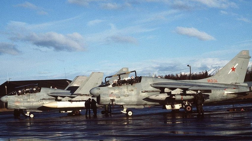"""Dva zrakoplova Vought EA-7L """"Corsair"""" II iz eskadrile za elektroničko ratovanje VAQ-34 tijekom Sjevernopacifičkih vježbi 3. flote SAD-a (NORPACEX) 1987. godine."""