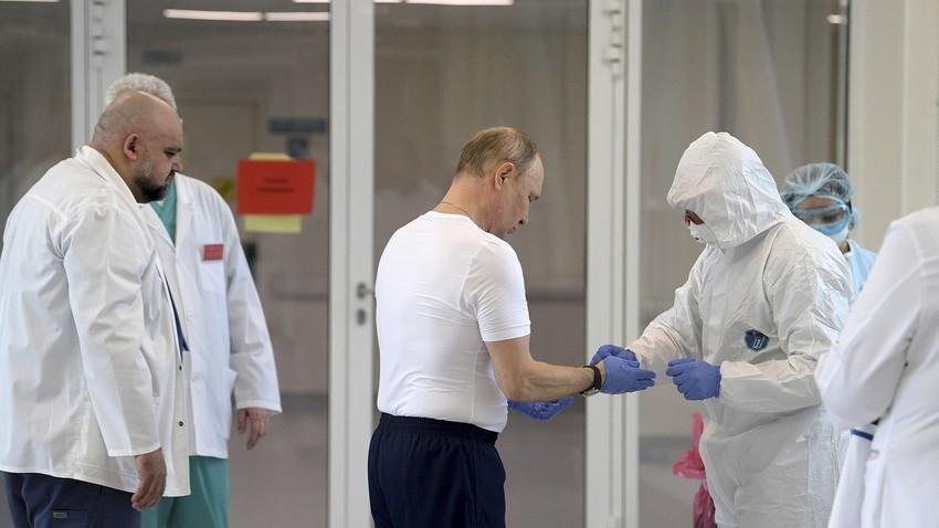 Путин во болницата за заразени од коронавирус во Комунарка, Москва, март 2020.