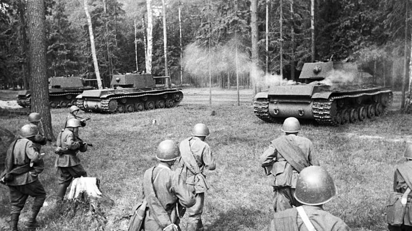 Съветските тежки танкове КВ-1 заемат позиция за атака.
