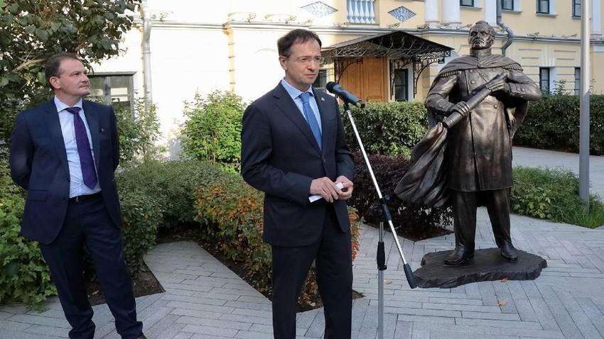 O presidente do Instituto Bering-Bellinghausen, Serguêi Brilióv (esq.) e o assistente do presidente russo, Vladímir Medínski (dir.).