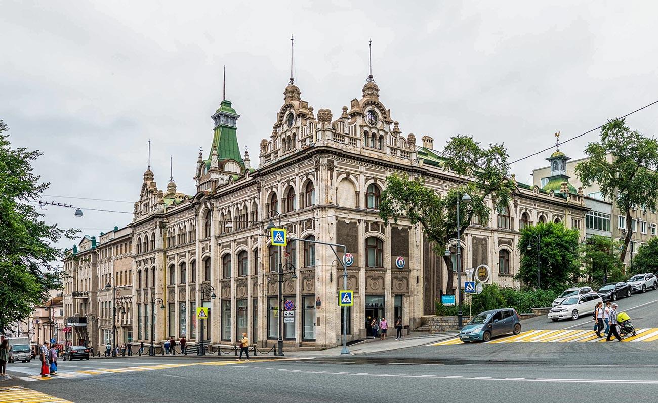 """L'edificio degli ex grandi magazzini """"Kunst & Albers""""di Vladivostok oggi"""