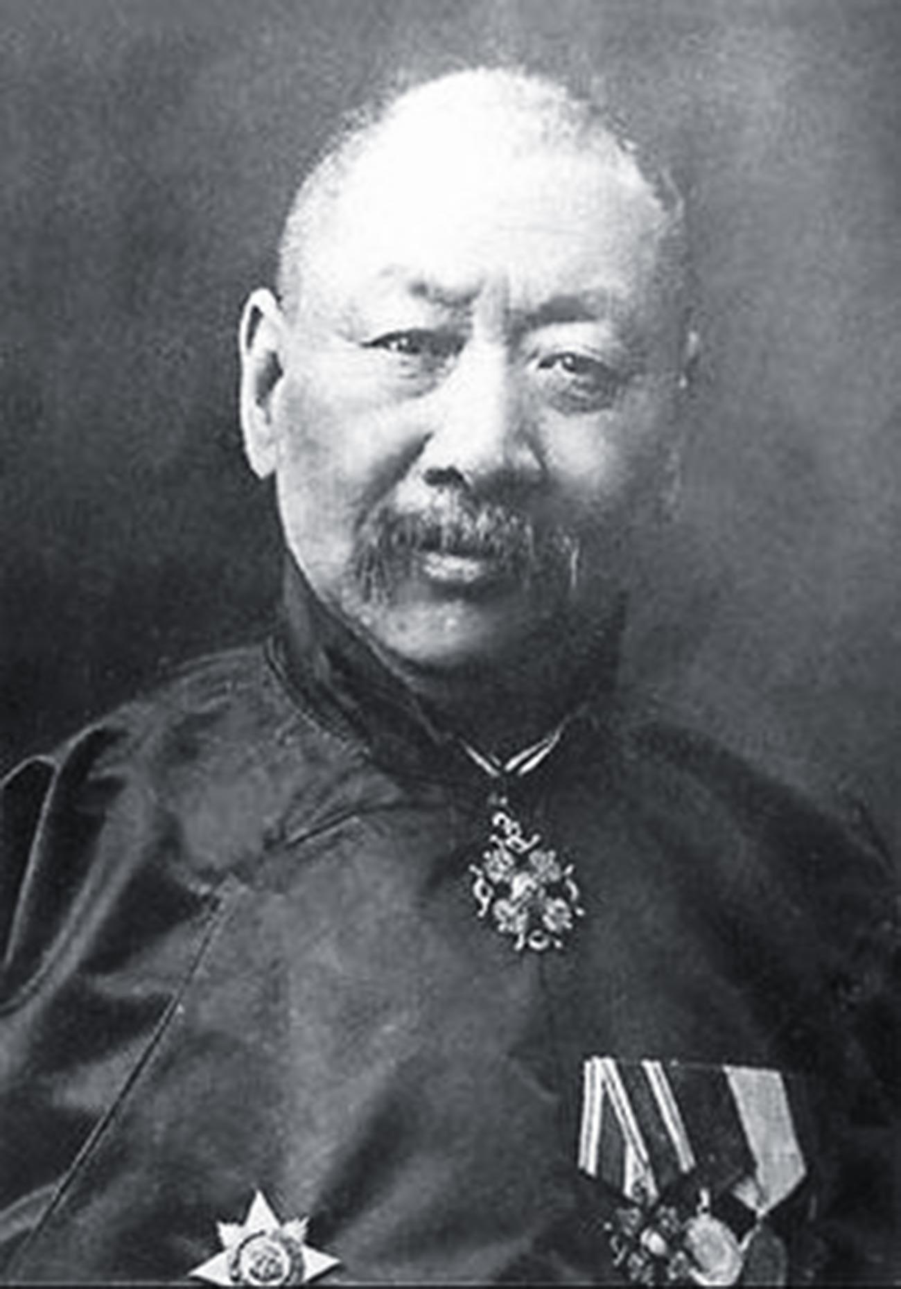 Nikolaj Tifontaj (Jì Fèngtái) con al petto le onorificenze dell'Impero russo