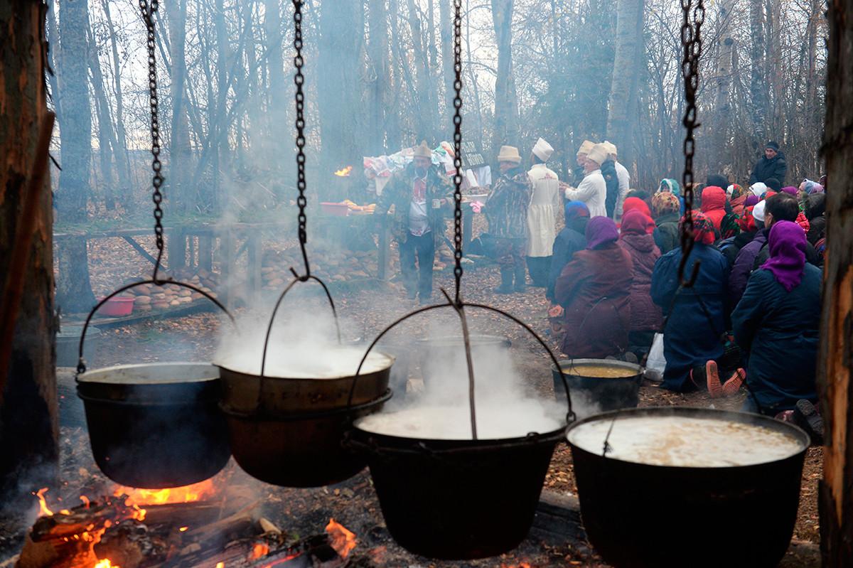 Последователи на традиционната марийска религия (езичество) по време на марийска молитва в свещената горичка (кюсюто) в село Нур-Сола в Сернурски район в Република Марий Ел.