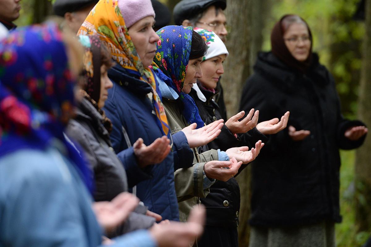 Последователите на традиционната марийска религия на молебен за благодат към небесните богове и духове с жертвоприношение на добитък и домашни птици в свещена горичка.