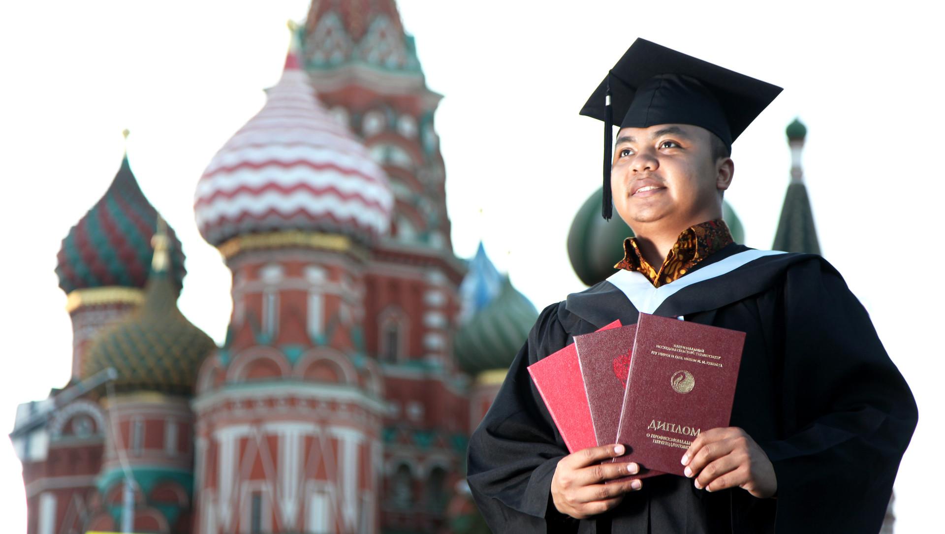 Muhammad Iksan Kiat, mahasiswa Indonesia pertama yang meraih tiga ijazah merah (lulus dengan predikat cum laude) di Rusia.