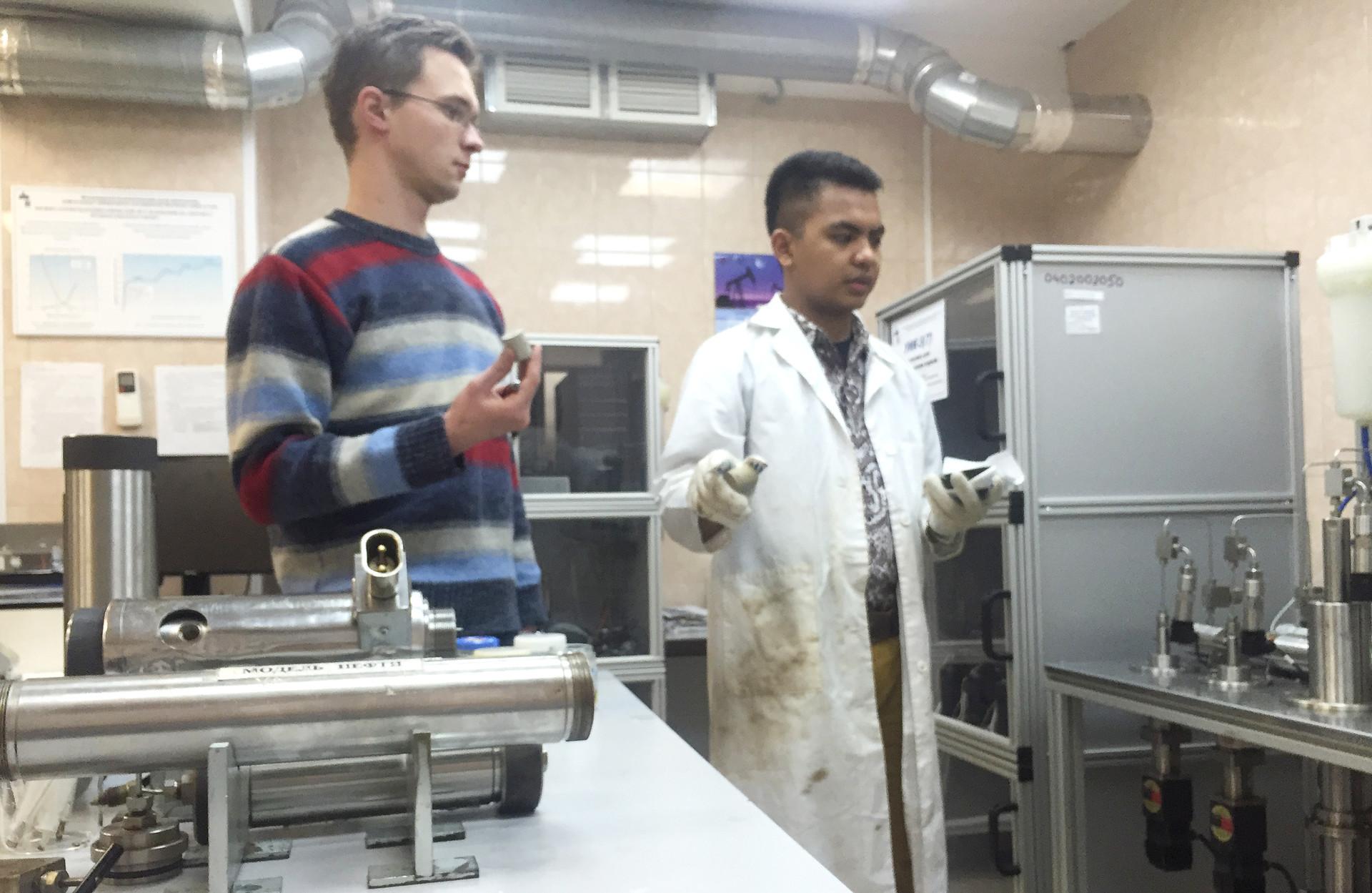 Kegiatan praktik mingguan di lab NArFU.