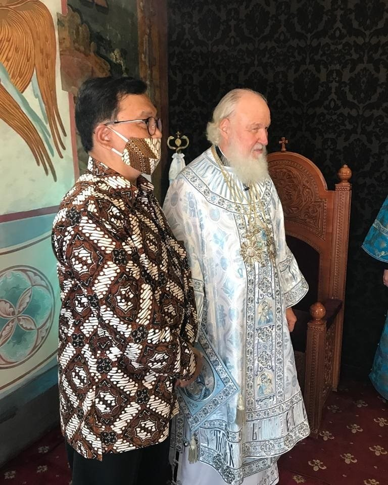 Kuasa Usaha Ad Interim KBRI Moskow/Wakil Duta Besar Indonesia untuk Rusia dan Belarus Azis Nurwahyu bersama Patriarch Kirill.