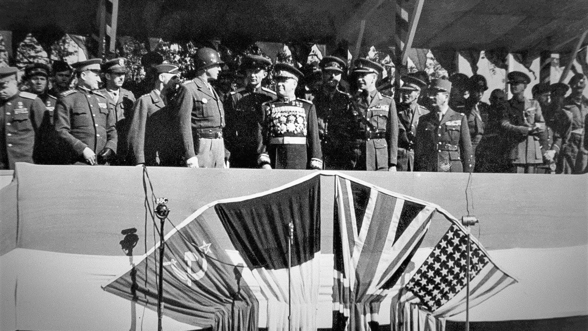 Парад на победата в Берлин. На подиума: Д. С. Патън, Г. К. Жуков, Б. Х. Робертсън и Мари-Пиер Кьониг