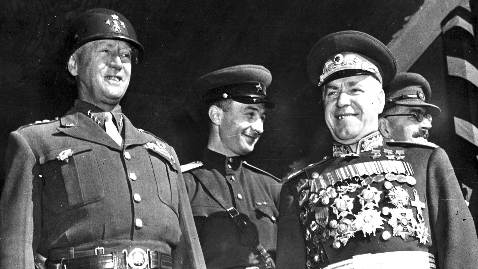 Американският военен командир генерал Джордж С. Патън (1885 - 1945) и руският маршал Георги Жуков (1896 - 1974) (отпред вдясно) преглеждат войските на парада, за да отпразнуват победата на Съюзниците над Япония. Берлин, Германия, 7 септември 1945 г.