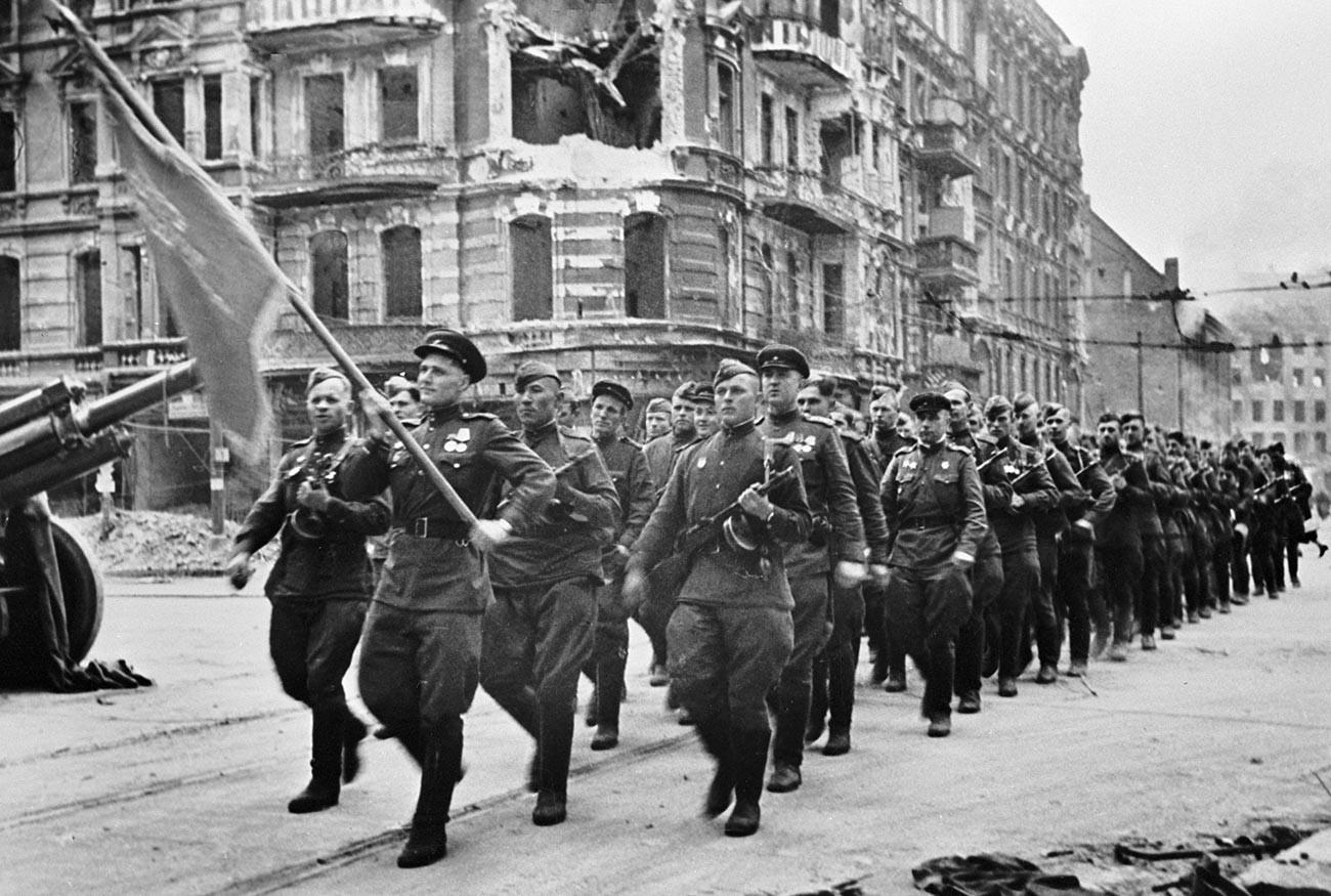 Колона от съветски войници марширува по берлинските улици, 7 септември 1945 г.