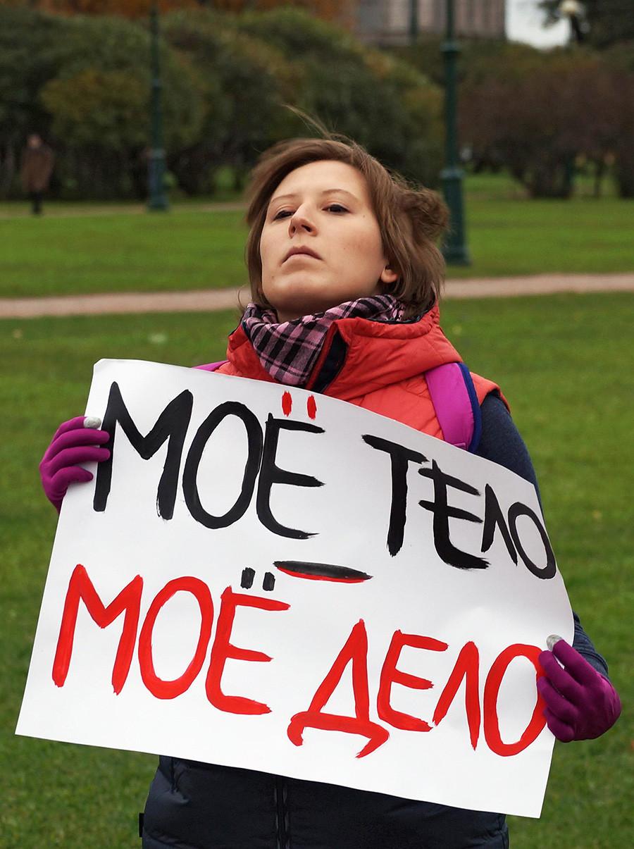 """Una femminista difende il diritto delle donne all'aborto. Sul cartello c'è scritto: """"Mojó telo, mojó delo"""" (""""Il mio corpo è affar mio)"""", versione russa del celebre """"Il corpo è mio e decido io"""""""
