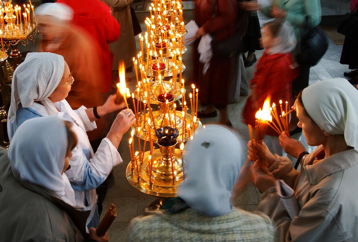 """Attiviste ortodosse anti-aborto collocano candele in memoria dei """"non nati"""", durante la Giornata internazionale dell'infanzia in Russia"""