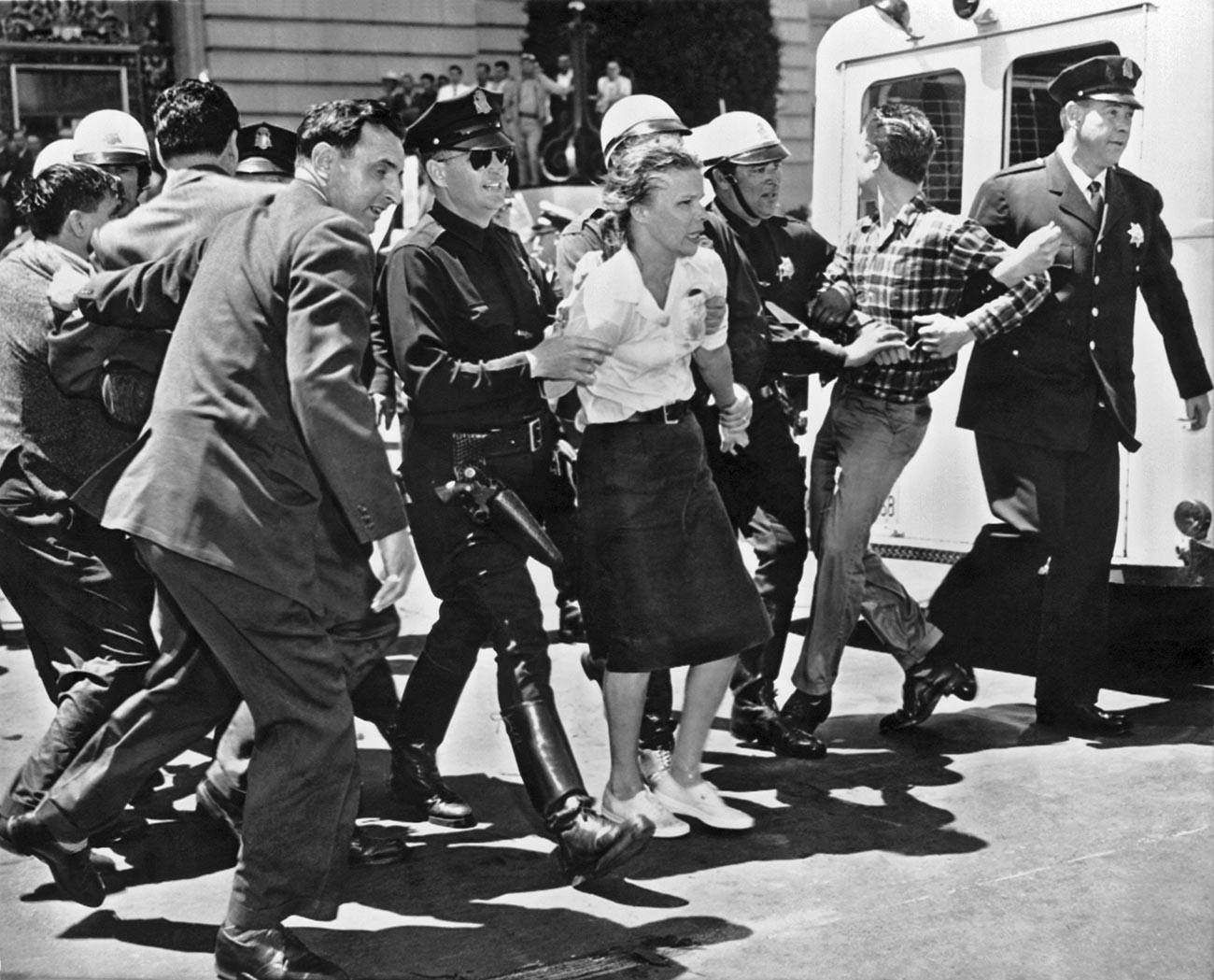 Трима мокри и предизвикателни протестиращи от изслушването на Сенатската комисия за разследване на неамериканска дейност в кметството са отведени в полицейската кола, Сан Франциско, Калифорния, 1961 г.