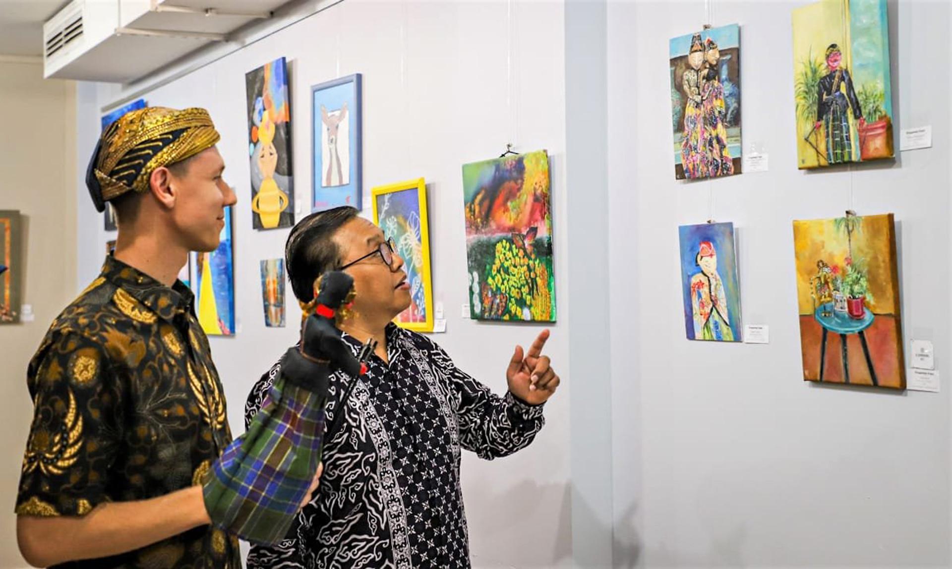 Vladimir mendampingi Wakil Duta Besar Indonesia untuk Rusia dan Belarusia Azis Nurwahyudi melihat karyanya.