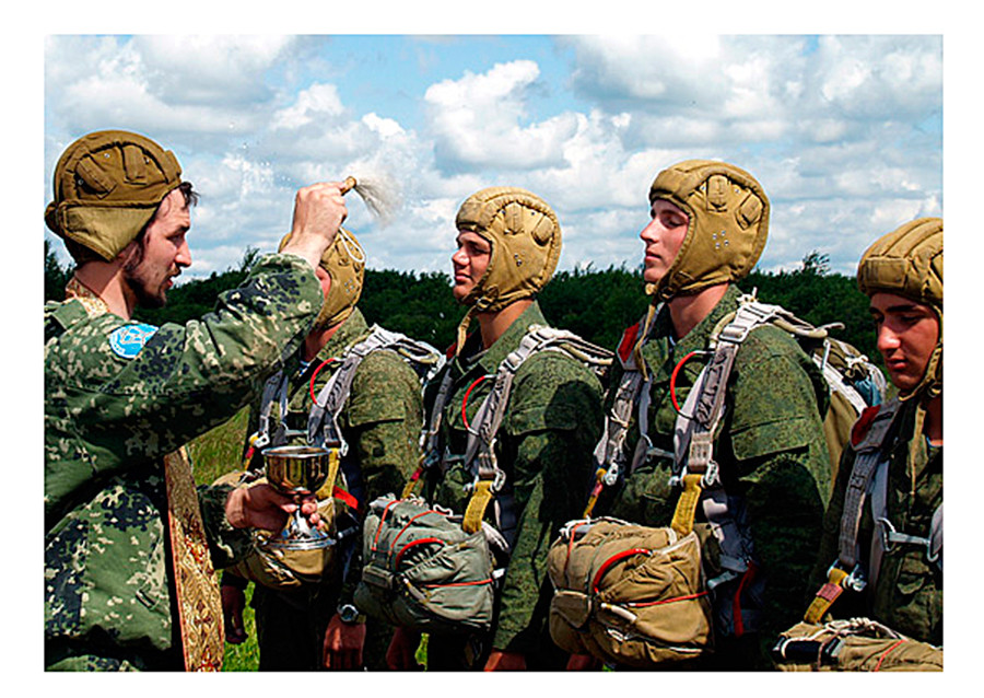 Un sacerdote militar bendice a los paracaidistas rusos